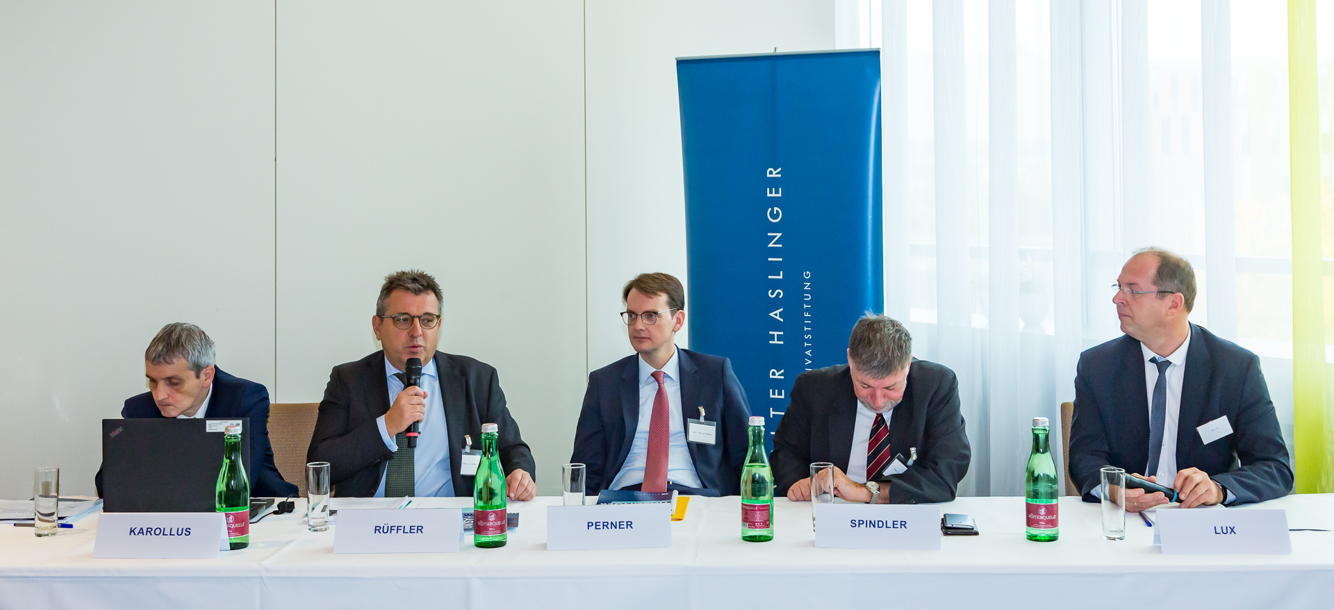 Die Professoren Karolas, Rüffel, Perner, Spindler und Partner Dr. Lux am Podium.