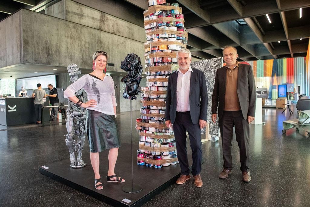 Künstlerin Ina Loitzl, Partner Willi Bergthaler und JKU Rektor Meinhard Lukas bei der Vernissage der Ausstellung WASTE ART